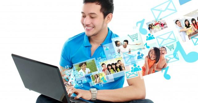 Jeune homme avec ordinateur